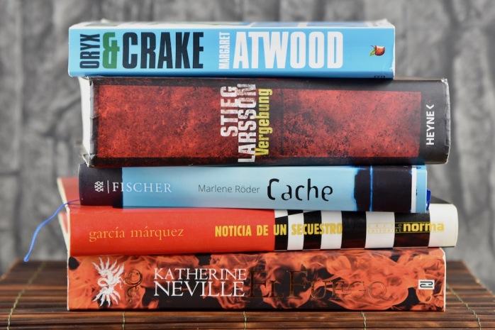 Bücherstapel vor dunklem Hintergrund