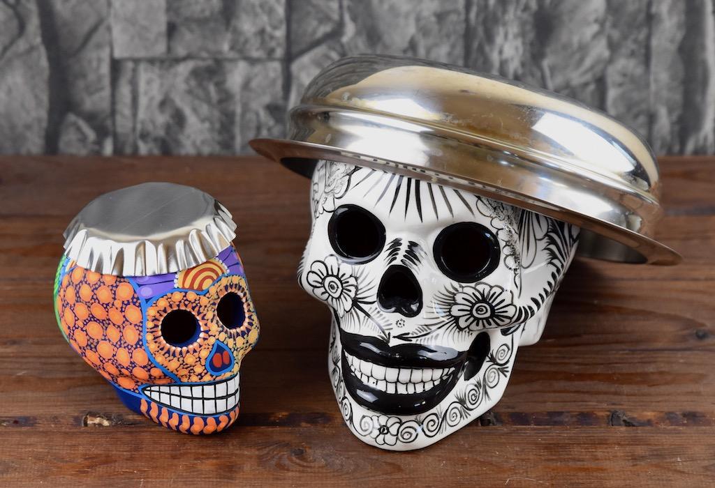 2 Totenköpfe mit Schalen aus Aluminium